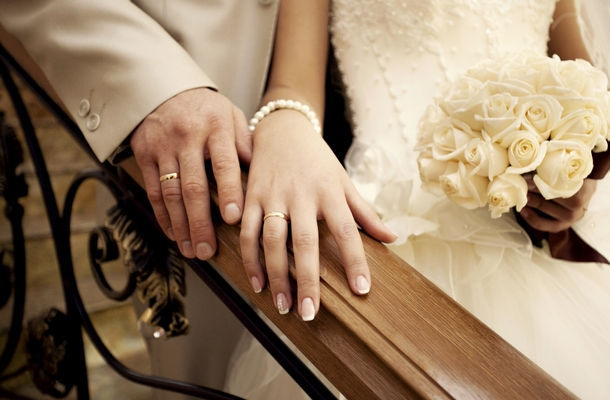 esküvőszervezés menete és házaspár visel esküvő gyűrűt