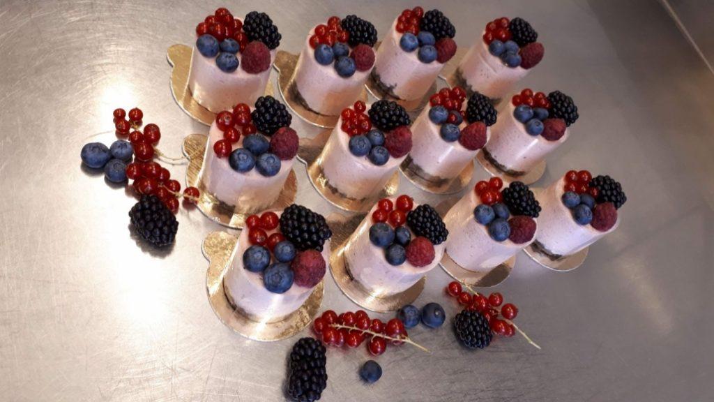 esküvői sütemény gyümölccsel